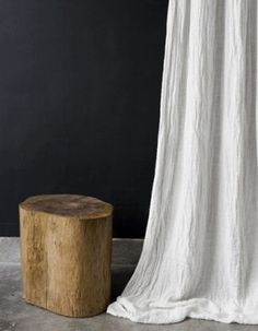 table de chevée et rideau lin chambre cabane