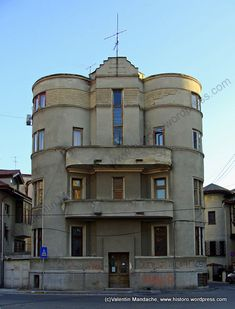 1930 art deco apartment house. incredible! should be restored.
