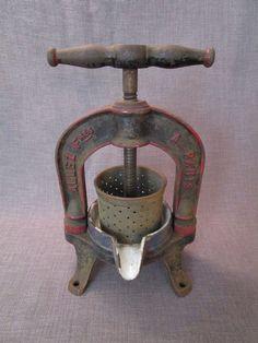 belle presse de cuisine ancienne en fonte emaillée