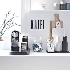 Gemütliche Kaffee-Ecke mit Kaffeemaschine, Kaffeekapseln sowie weiterem Küchen… Cozy coffee corner with coffee maker, coffee capsules and other kitchen accessories. Coffee Bar Home, Home Coffee Stations, Coffee Cozy, Coffee Corner Kitchen, Coffee Station Kitchen, Kitchen Interior, Kitchen Decor, Coffee Counter, Classic Kitchen