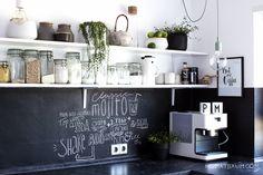 Von allen Räumen im Haus verändert sich die Küche irgendwie am öftesten. Vielleicht liegt das daran, dass es schnell geht, weil die wichtigen Sachen alle schon fertig sind und man mit ein paar Handgriffen das Erscheinungsbild verändern kann. Es stimmt schon, ich halte mich sehr viel in der Küche auf. Das liegt daran, dass ich … … Weiterlesen →