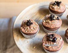 Кексы с семенами льна, муки из спельты и шоколадом, вишней