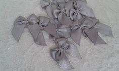 Lacinho de cetim decorativo cinza