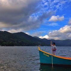 Na Costa da Lagoa, em Florianópolis (SC), os visitantes podem curtir um passeio de barco inesquecível, além de apreciar as belas trilhas para chegar ao local. Uma ótima opção para os ecoturistas! Foto: @pettersonfarias Junte-se ao nosso time marcando o @mturismo no Instagram ou use a hashtag #MTur em suas fotos para participar de nossa galeria. #PartiuBrasil #PartiuSC