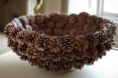 If you want to save money this Christmas. We are sharing with you ideas of homemade Christmas gifts. Pine Cone Art, Pine Cone Crafts, Pine Cones, Nature Crafts, Fall Crafts, Holiday Crafts, Diy And Crafts, Pine Cone Decorations, Halloween Decorations