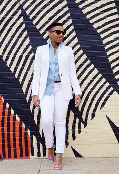 A chambray shirt is a wardrobe staple all year long. Looking for a new way to dress yours up this spring? Mature Fashion, Bold Fashion, All White Outfit, White Outfits, Casual Ootd, Casual Outfits, Casual Wear, Boss Black, Budget Fashion
