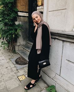 "samia🌜🌞🌗 auf Instagram: ""Ramadan is coming to an end and the only thing I know for sure is that I'm going to miss it. 🍃 full look @prettylittlething"" Modern Hijab Fashion, Muslim Fashion, Modest Fashion, Fashion Outfits, Street Hijab Fashion, Women's Fashion, Fashion Trends, Casual Hijab Outfit, Hijab Chic"