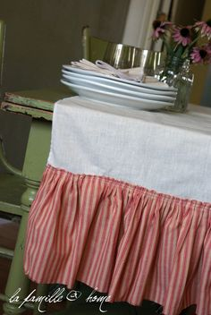 Can't I use an old bed skirt to do this? Xmas Crafts, Diy Crafts, Old Beds, Busy Board, Craft Ideas, Decor Ideas, Table Covers, Tablecloths, Creative Crafts