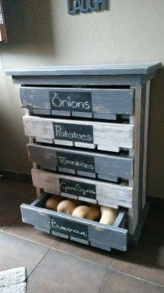 VeggieFruit Storage Rack Pallet Projects for Homesteaders Pallet Projects for Homesteaders Creative Home Decor Ideas On A Budget Pallet Crafts, Diy Pallet Projects, Wood Projects, Diy Crafts, Diy Projects For Home, Pallet Home Decor, House Projects, 1001 Pallets, Wood Pallets
