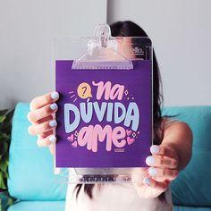 DIY: Cartão / Mini caixinha de bombons | Namorada Criativa - Por Chaiene Morais Planner, Loving U, Chai, Drink Sleeves, Cool Girl, Diy, Scrapbook, Instagram, Poster
