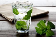 Nagyon egyszerű és hatékony méregtelenítő italnak számít a mentás víz, azzal pedig, hogy egy nagy pohárhoz legalább három-négy mentalevelet is adsz, majd kissé állni hagyod fogyasztás előtt, nemcsak kellemes ízt adhatsz az italodnak, de emésztésserkentő hatását is fokozhatod.