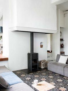 Découvrez ce très beau salon rustique, revisité avec un esprit contemporain, et sa cheminée très chic. Retrouvez toutes les images de cette maison de campagne dans l'article. #cheminée