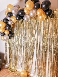 Gold, black, & silver balloon arch - new years Great Gatsby Themed Party, Great Gatsby Party Decorations, Black And Gold Party Decorations, Masquerade Party Decorations, Masquerade Ball Party, Party Themes, Roaring 20s Party, New Years Eve Decorations, Birthday Balloon Decorations