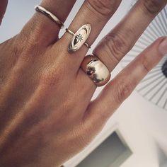 Este posibil ca imaginea să conţină: 1 persoană Arrow Jewelry, Rose Gold Jewelry, Gold Jewellery, Jewelry Box, Wide Wedding Bands, Wedding Rings, Rings For Men, Silver Rings, Jewels