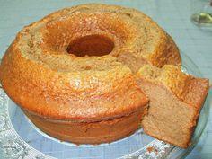 Bolo de mel, canela e café Ingredientes: 6 ovos 2 c.sopa de mel (usei mais e caseiro) 500g de farinha 450g de açúcar 1 copo de café (fiz na máquina) 1 copo de óleo 1 c.sopa de canela raspa de limão 1 c. chá de fermento em pó Preparação: Colocar todos os ingredientes na taça da batedeira e mexer até ficar homogéneo. Untar e polvilhar uma forma de buraco grande e levar ao forno pré-aquecido até ficar cozido. Tinha partido nozes grosseiramente para acrescentar á massa, mas foi para o forno sem…