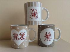 Mug porcelaine couleur taupe à rayures et monogramme