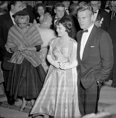 Natalie Wood and Tab Hunter arriving at the 28th Academy Awards 1956 cropped - 1945–60 in fashion - Wikipedia, the free encyclopedia