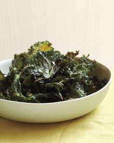 Chili-Sauce Kale Chips - Opt for these irresistible snacks instead of potato chips to work more greens into your diet. Chips Ahoy, Vegetarian Recipes, Cooking Recipes, Healthy Recipes, Vegetable Recipes, Vegetarian Dinners, Gf Recipes, Vegetarian Cooking, Veggie Food