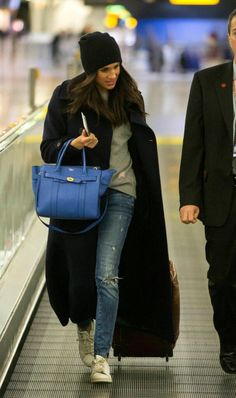 Prince Harry Takes Meghan Markle to Airport After Romantic Week Kleider fallen Curbside Service! Prince Harry Takes Meghan Markle to Airport After Romantic Week Prince Harry And Megan, Harry And Meghan, Meghan Markle Stil, Kate And Meghan, Princess Meghan, Airport Style, Airport Chic, Lounge Wear, Winter Outfits