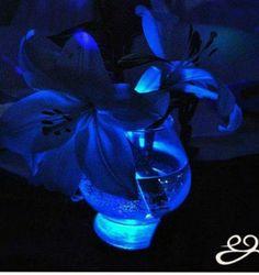 Centro de mesa sobre un apoya botella azul.