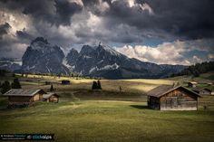 Seiser Alm/Alpe di Siusi Trentino-Alto Adige Dolomiti. ---- Ognuno di noi ha una interpretazione personale di ogni singola foto. La foto nasce prima di tutto nella nostra mente contornata poi dall'emozione che in quel momento si è sprigionata una volta premuto il pulsante di scatto poi ci sono gli amici che scattano fianco a te...e per concludere lo specchio delle nostre emozioni si riflette su tutto.