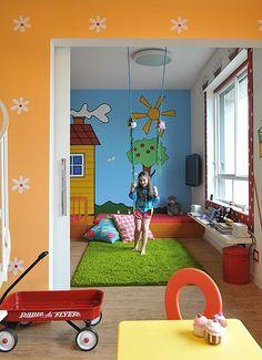 No quarto de Mariana, filha da arquiteta Valéria Blay, o balanço é uma das brincadeiras. O ambiente, todo colorido, é alto-astral e cheio de surpresas