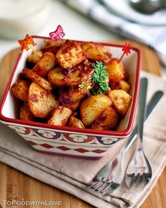 I love Spanish tapas, and one of my favourite tapas dishes is Patatas Bravas (wild potatoes), or spicy potatoes. Spanish Dishes, Spanish Food, Spanish Recipes, Tapas Recipes, Cooking Recipes, Fun Cooking, Tapas Dishes, Tapas Food, Tapas Menu