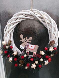 Karácsonyi ajtódísz Winter Christmas, Christmas Wreaths, Christmas Gifts, Christmas Decorations, Holiday Decor, Front Door Decor, Wreaths For Front Door, Xmas Tree, Halloween