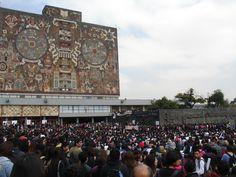 UNAM Las Islas en Ciudad de México.Reunión de estudiantes mostrando apoyo a  los 43 normalistas de Ayotzinapa desaparecidos