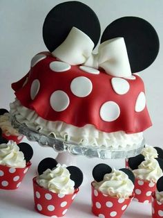 Minnie mouse cake and cupcakes Minni Mouse Cake, Bolo Do Mickey Mouse, Minnie Mouse Birthday Cakes, Mickey Cakes, Minnie Mouse Party, Cake Birthday, Mickey Birthday, Birthday Crafts, Pink Minnie