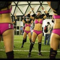 Bellas y rudas en la liga de futbol americano en bikini, mas rudas que algunos compañeros