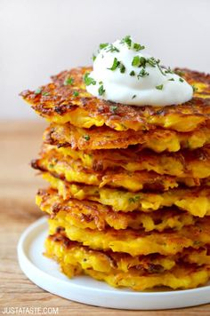 It's easier than ever to eat your veggies with this quick and easy recipe for butternut squash fritters made with just 5 ingredients! # quick and Easy Recipes Butternut Squash Fritters Squash Fritters, Cauliflower Fritters, Zucchini Fritters, Pumpkin Fritters, Veggie Fritters, Vegetable Recipes, Vegetarian Recipes, Healthy Recipes, Easy Recipes
