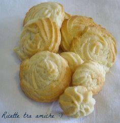 Biscotti alla pannaIngredienti 500 gr di farina 2 uova 200 gr di burro morbido a pezzi 100 gr di panna 1 cucchiaino colmo di miele 200 gr di zucchero Scorza di 1 limone 1 bustina di lievito