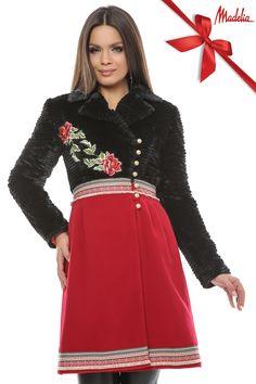 Palton realizat din blana artificiala in partea de sus si stofa din lana in partea de jos. Este accesorizat cu benzi brodate si aplicati florale. Prevazut cu inchidere pe nasturi.
