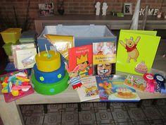 verjaardagskoffer: Een verjaardagsmemorie, spulletjes om te grimmen, Kleine spulletjes waarmee ik dan op de dag zelf een muzikaal pakket maak, vingerpopjes om een poppenspel mee te doen rond verjaardag