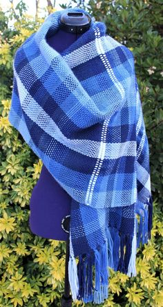 Écharpe tissée main, étole tartan bleu dégradé, châle plaid chaud, poncho  laine fait main, écharpe oversize à franges, maxi cape à rayures bleu 22f1fa94e18