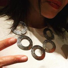 Condividiamo la foto della nostra fan e cliente Benedetta scattata ieri sera mentre indossava la nostra #collana del set Segni realizzata a mano in ottone rodiato. ❤ Le sta proprio bene indossata sul bianco non pensate anche voi?? La 💎 collana è acquistabile nel nostro #eshop ad €18,74 (+ spese di spedizione). Fai in fretta, prezzo in promozione fino a fine aprile 👉🏻👉🏻https://goo.gl/4Yog9p #enjoy #gioielliunici #MadeinItaly 🇮🇹#beGlam #beChic #beYou #instagood #instadaily #instafashion…