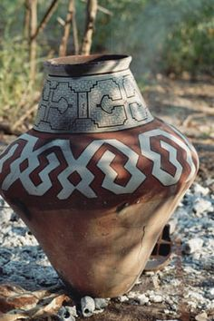The Shipibo are mainly known for their art of pottery and geometric-linear decorative style. They identify with this sophisticated art of patterns and take pride in them as a very specific expression of refinement that distinguishes them from neighbour tribes. In former times, almost all objects in Shipibo and Conibo villages were decorated with patterns.