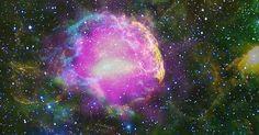 """Cientistas comprovaram que os raios cósmicos são criados nas supernovas. É que essas explosões de estrelas gigantes aceleram prótons tão rapidamente que faz com eles se espalhem por toda a galáxia, acertando constantemente a Terra. """"Raios cósmicos não são exatamente raios, mas basicamente prótons. No entanto, não são todas as partículas subatômicas aceleradas na supernova que se transformam em raios cósmicos, e sim uma pequena parte"""