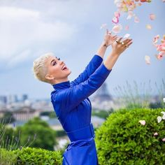 Katy Perry and flowers Disfraz Katy Perry, Katy Perry Fotos, American Shorthair Cat, Teenage Dream, Her Music, Beautiful Celebrities, Beautiful Women, American Singers, American Women