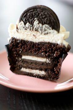 Une idée délicieuse made in USA… Des cupcakes aux Oreo® pour les fans du genre! Késako les Oreo® ? Des petits biscuits noirs avec un cœur tout blanc. Délicieux dégustés seuls avec un gr…