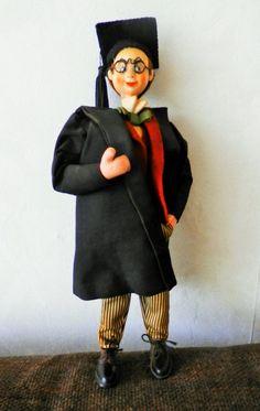 ancienne poupée, statuette en composite et vêtement tissus Etudiant Britannique avec costume de remise de diplômes le visage et le col de la chemise ont jaunis (voir les photos) les membres sont légèrement pliables hauteur 26 cm