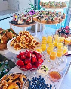 brunch / lunch ideas ready for the afternoon weddingYou can find Tea party ideas and more on our website.brunch / lunch ideas ready for the afternoon wedding Breakfast And Brunch, Breakfast Ideas, Brunch Bar Ideas, Breakfast Bar Food, Brunch Decor, Breakfast Parties, Brunch Table Setting, Breakfast Buffet Table, Brunch Ideas For A Crowd