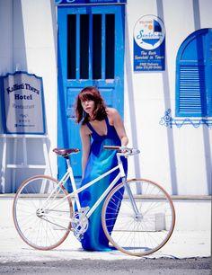 girl w fixie Vintage Ladies Bike, Vintage Bikes, Bicycle Women, Bicycle Girl, Peugeot, Bike Suit, Pink Bike, Baby Bike, Female Cyclist