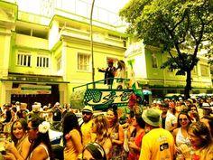 """O bloco sai do Leblon dia 11, terça de carnaval, às 13h. Concentra na rua Rainha Guilhermina com a Avenida Ataulfo de Paiva, segue por várias ruas e volta de onde começou. O Sobrinhos do Tio Bio busca reviver os antigos carnavais de rua. Obs: As informações são de responsabilidade dos blocos. Estão sujeitas a...<br /><a class=""""more-link"""" href=""""https://catracalivre.com.br/rio/agenda/barato/sobrinhos-do-tio-bio/"""">Continue lendo »</a>"""