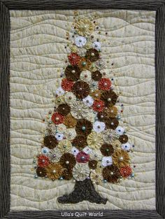 Ulla's Quilt World: trapunta ad albero di Natale - YoYo - adoro la trapunta - For the Love of Quilts and Quilting - Patchwork Christmas Tree Quilt, Christmas Patchwork, Christmas Wall Hangings, Christmas Sewing, Noel Christmas, Christmas Projects, Holiday Crafts, Christmas Quilting, Xmas