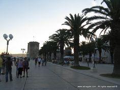 """Trogir jest miastem położonym w kasztelańskiej zatoce na wyspie między Čiovem i lądem. Jest miastem – muzeum w dosłownym tego słowa znaczeniu. Posiada liczne kulturowo – historyczne zabytki, oryginalną architekturę i przepiękne uliczki. Został nazwany """"Małą Wenecją"""" i wpisany na listę światowego dziedzictwa UNESCO."""