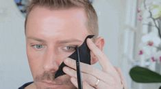 If you're a beginner at applying eyeshadow, try this foolproof straight-line technique. 13 Makeup Tips Every Person With Hooded Eyes Needs To Know Cut Crease Hooded Eyes, Cut Crease Eye, How To Apply Eyeshadow, How To Apply Makeup, Applying Eyeshadow, Beginner Eyeshadow, Eyeshadow Tutorials, Applying Makeup, Makeup Tutorials