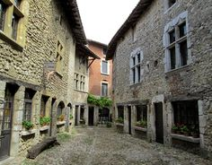 Watch: Perouges - medieval town in Rhône-Alpes, Lyon, France http://destinations-for-travelers.blogspot.com.br/2014/11/perouges-rhone-alpes-france.html