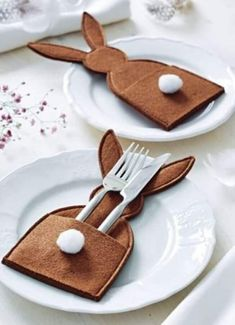 Easter bunny table decoration place setting idea , add a place card popping from the pocket too , making inspirationimages Happy Easter, Easter Bunny, Easter Eggs, Easter Dinner, Easter Party, Easter Gift, Easter Projects, Easter Crafts, Spring Crafts
